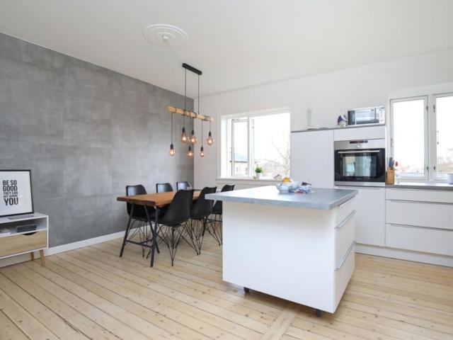 Renoverede lejlighed i Valby - New-yorker væg med grå 60x60 fliser